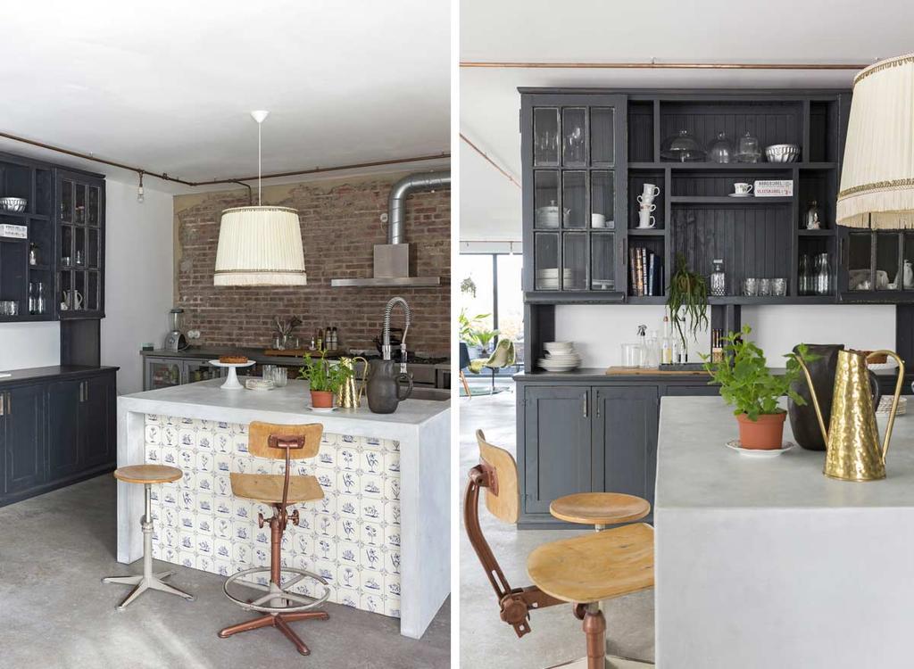 Unieke keuken: kookeiland met Delfts blauwe tegels en een antieke servieskast