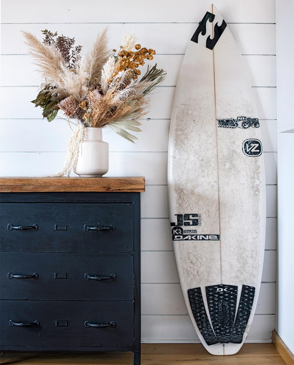 vtwonen binnenkijk special 07-2021 | surfplank met zwart dressoir