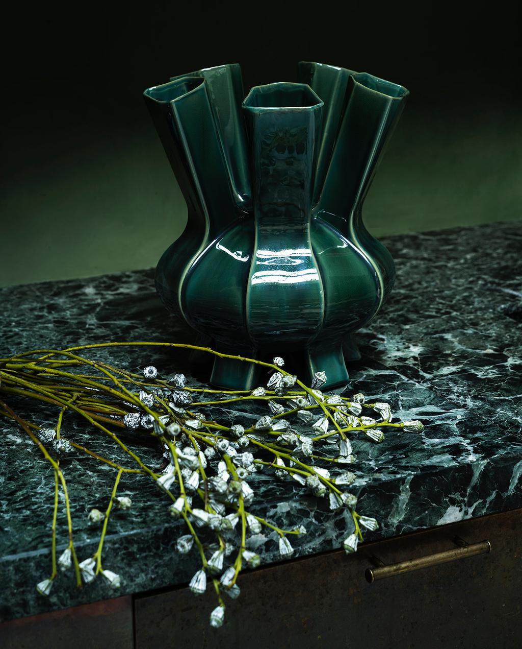 vtwonen 01-2021 | groene vaas met bloemen op marmeren aanrechtblad