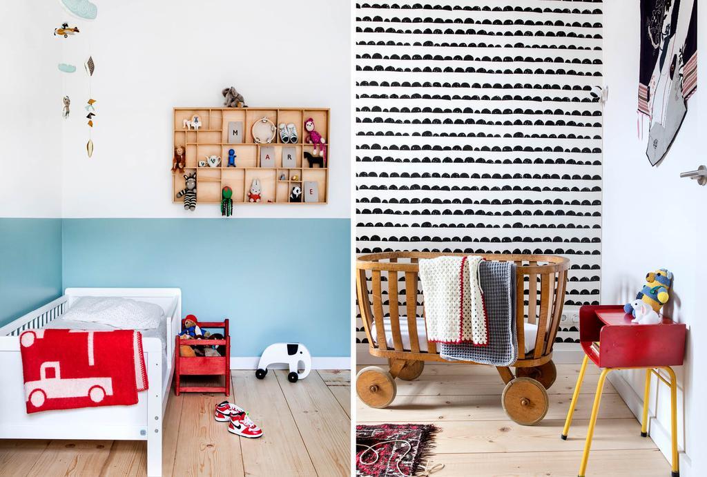 Kinderkamer met blauwe lambrisering en zwart-wit dessin behang