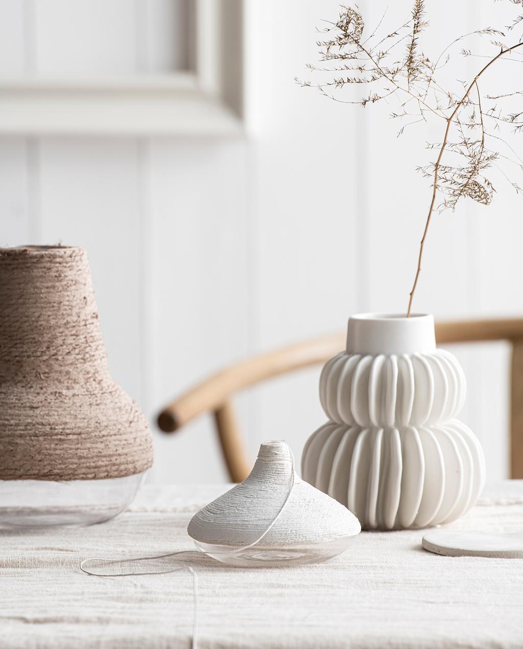 vtwonen 07-2021 | drie vazen op een houten tafel met houten stoel