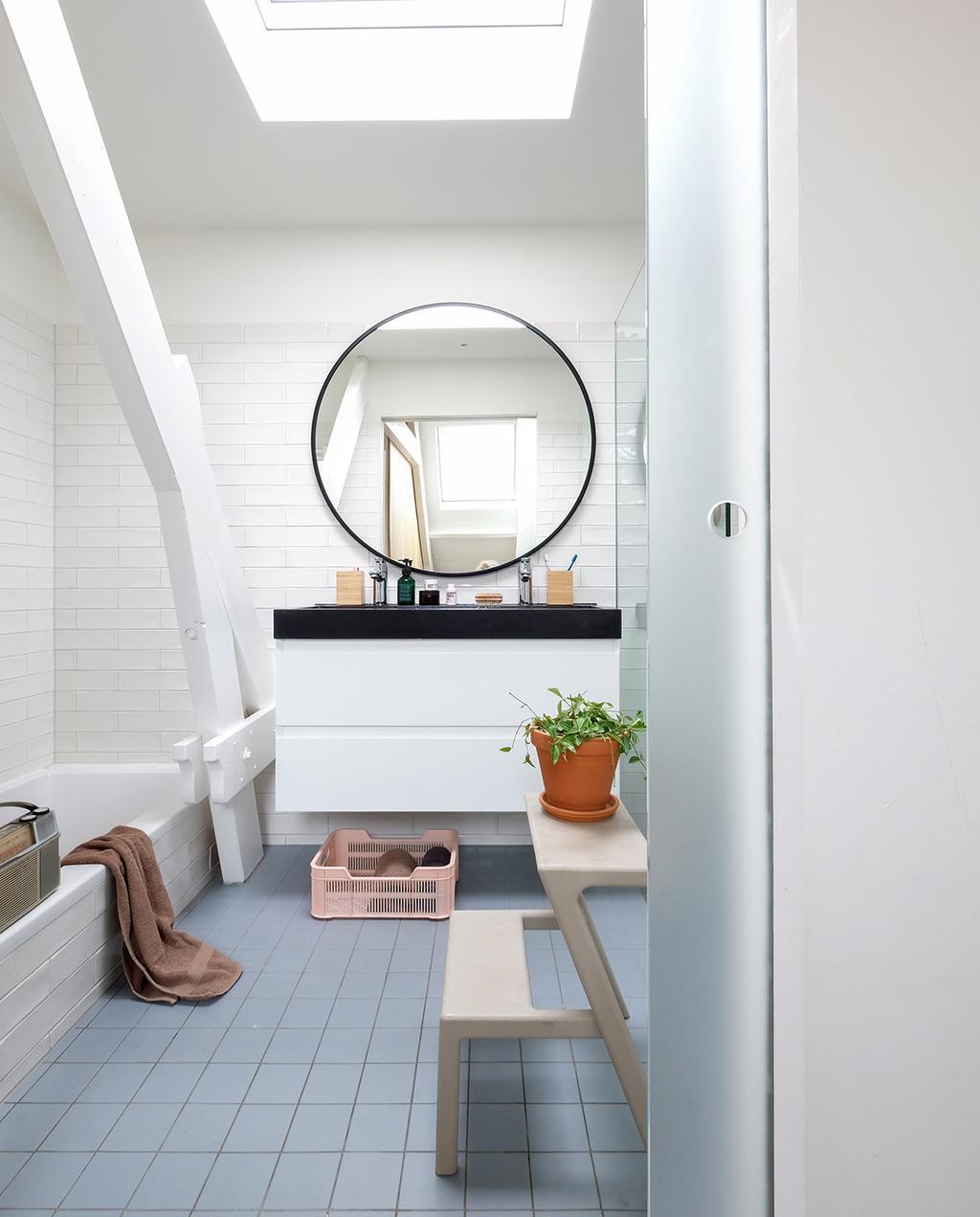 vtwonen 03-2021 | badkamer in familiehuis in Rotterdam met ronde spiegel
