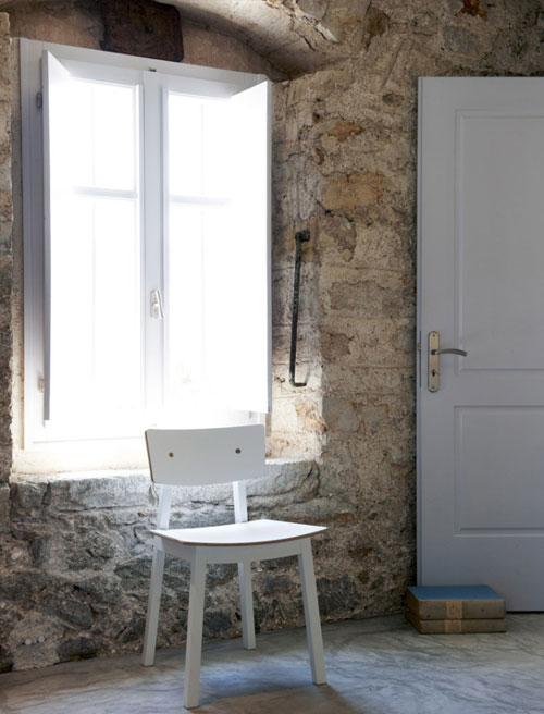 witte stoel in slaapkamer