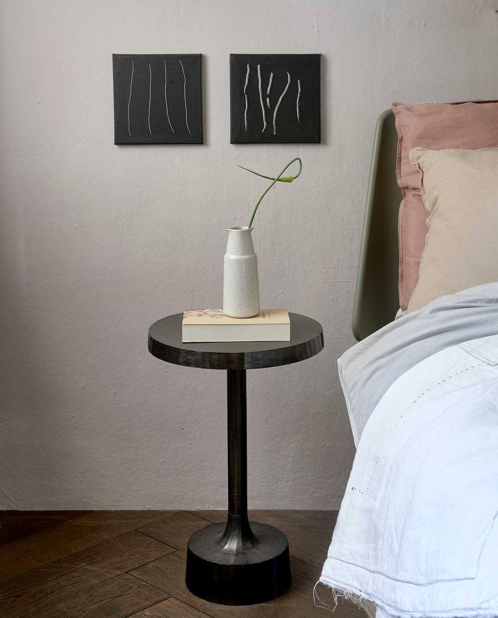 vtwonen trendhuis 10-2020 | slaapkamer met bed en zwart tafeltje