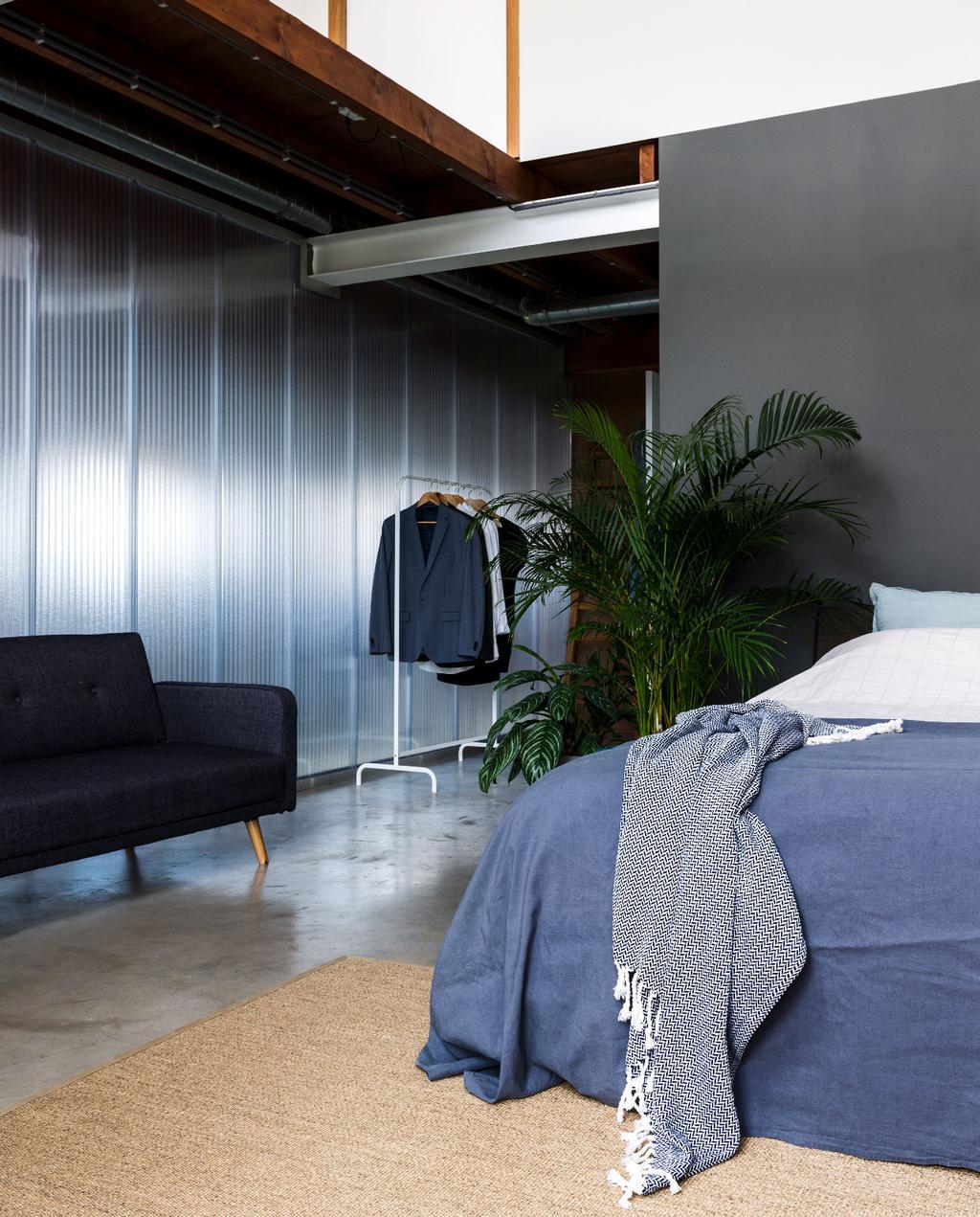 vtwonen binnenkijken weert | modern nieuwbouwhuis slaapkamer met plexiglas muren en denimblauw beddengoed