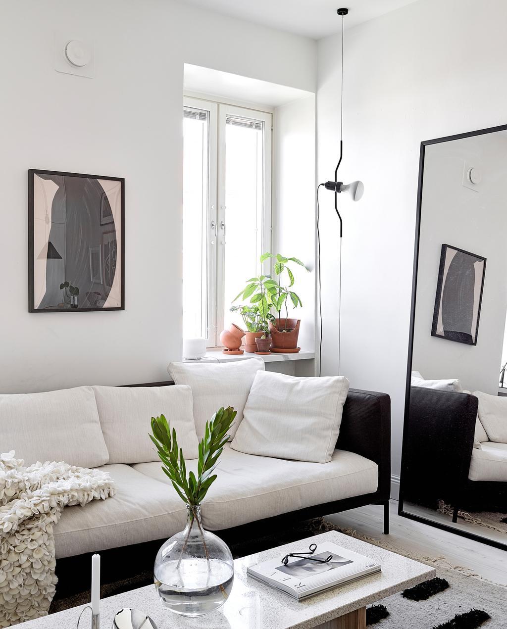 vtwonen special tiny houses | zwarte bank in de woonkamer met witte kussens in zwart-witte design loft