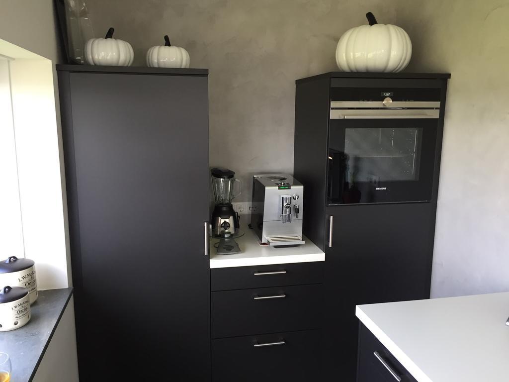 zicht-op-links-de-koelkast-rechts-de-vrieskast-met-daar-boven-de-oven