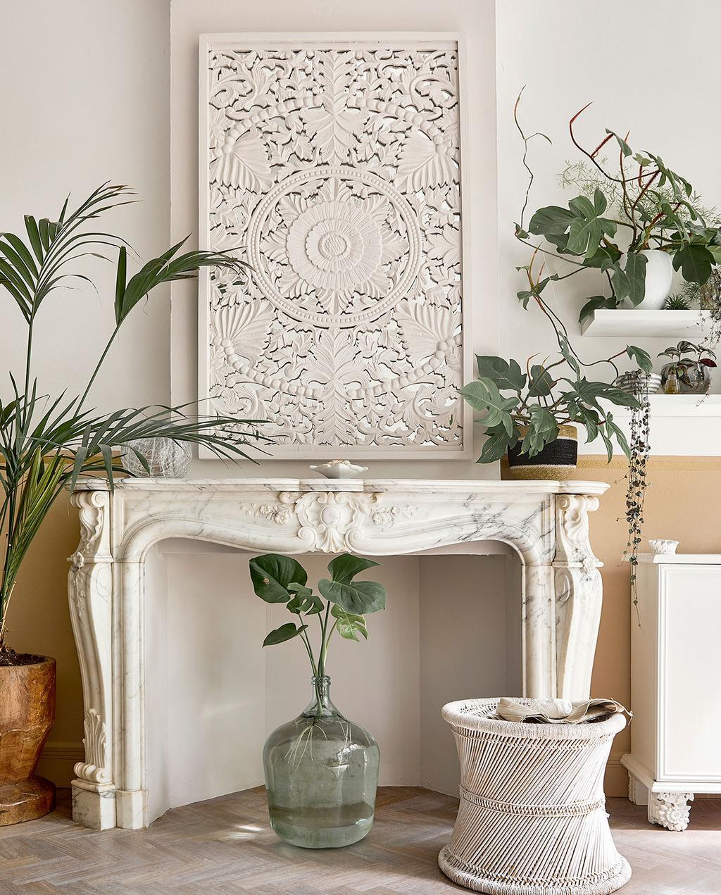 vtwonen 06-2021 | witte schouw met reliëf kunstwerk en glazen vaas