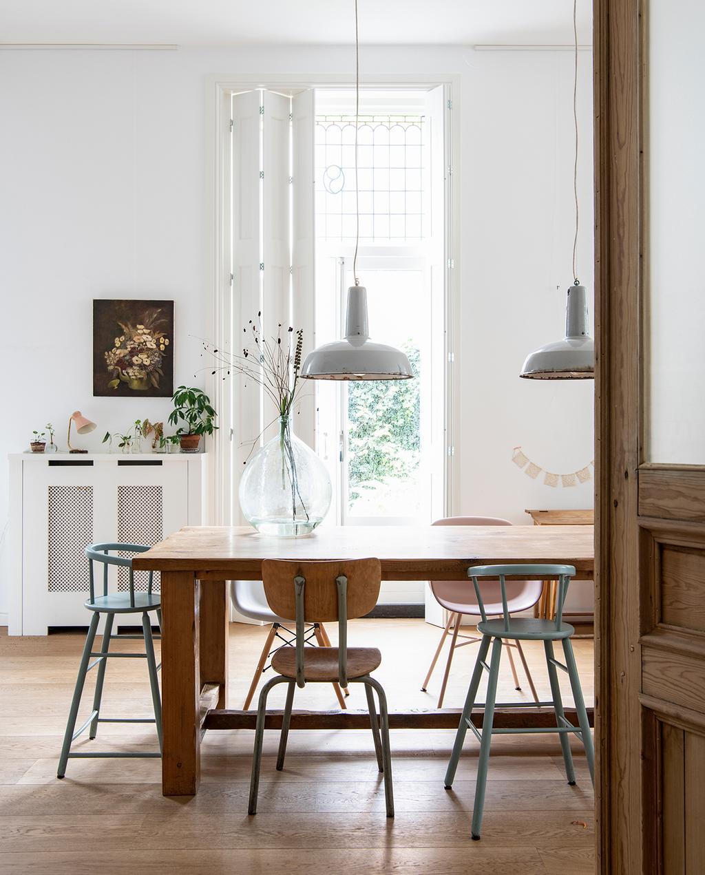 vtwonen 03-2020 | hout eetkamertafel met hanglampen