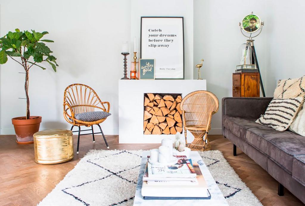 Salon avec buches cheminee et canape gris
