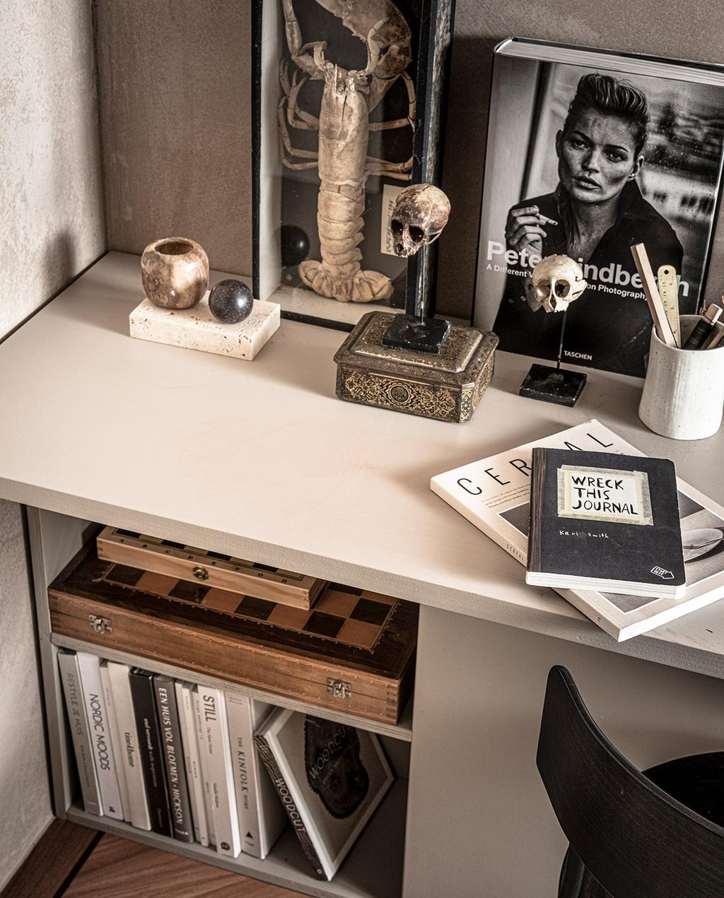 vtwonen 02-2021 | DIY bureau met boeken in opbergruimte, en antieke souvenirs