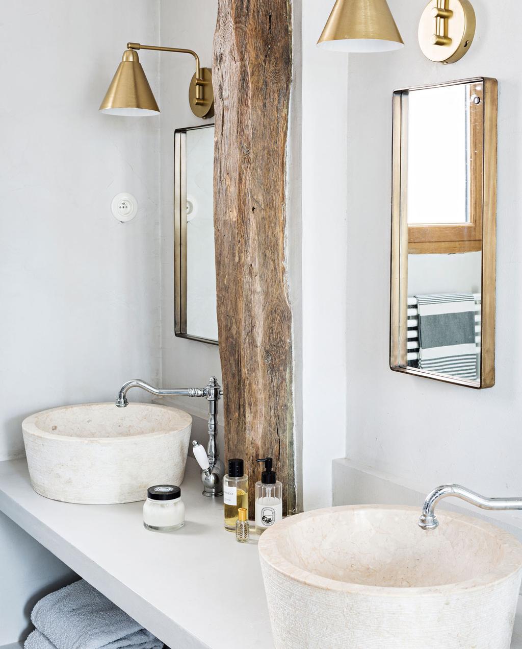 vtwonen 10-2019 | badkamer witte wasbakken en wasmeubel