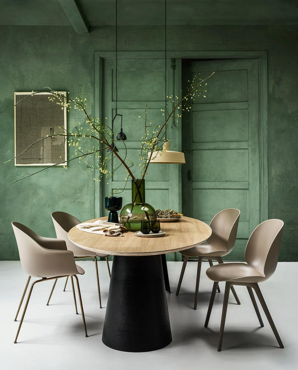 vtwonen 01-2021 | eetkamer met ronde tafel en groene achtermuur