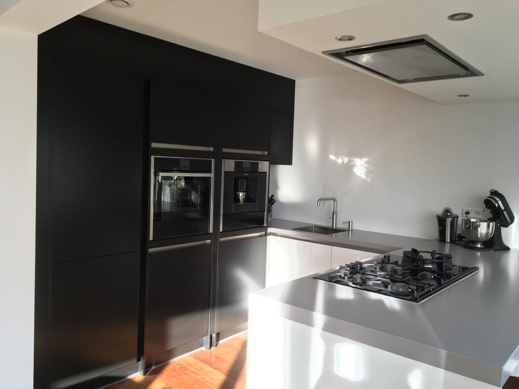 koelkast-vaatwasmachine-en-wasmachine-allen-bosch-ingebouwd-achter-matzwarte-deuren-fullsteam-oven-en-koffie-volautomaat-van-neff-blij-ook-met-de-quooker