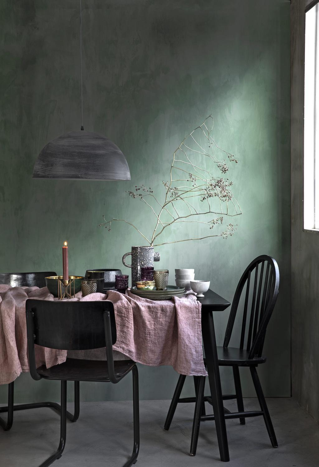 Eten aan een groene en roze gedekte tafel