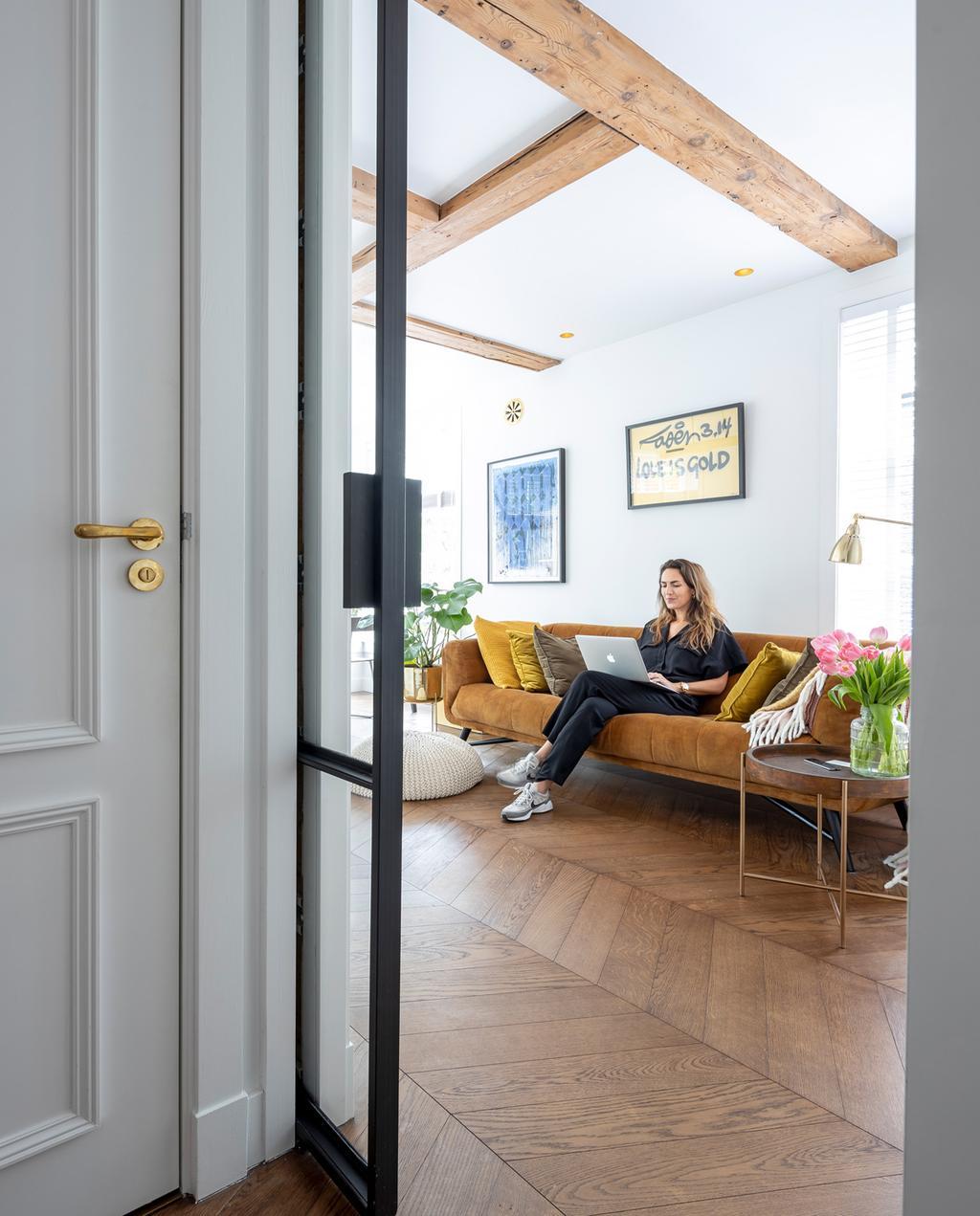 vtwonen special tiny houses | glazen schuifdeur naar de woonkamer, sonja zit op de bank