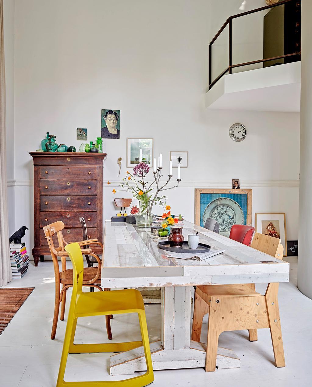 vtwonen 07-2021 | mix en match gekleurde eetkamerstoelen met een witte tafel en een houten kast