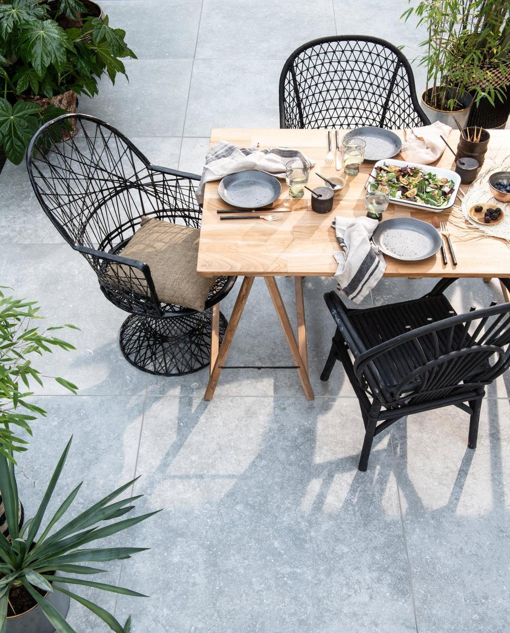 2019-04 vtwonen | terras tafel met zwarte stoelen