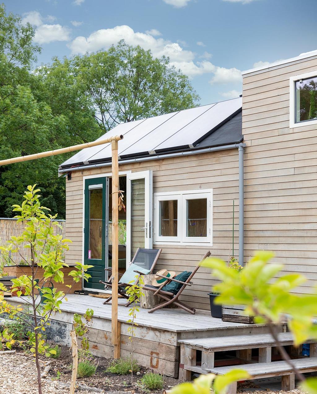 vtwonen special tiny houses | huis van 18m2 met zonnepanelen en tuin