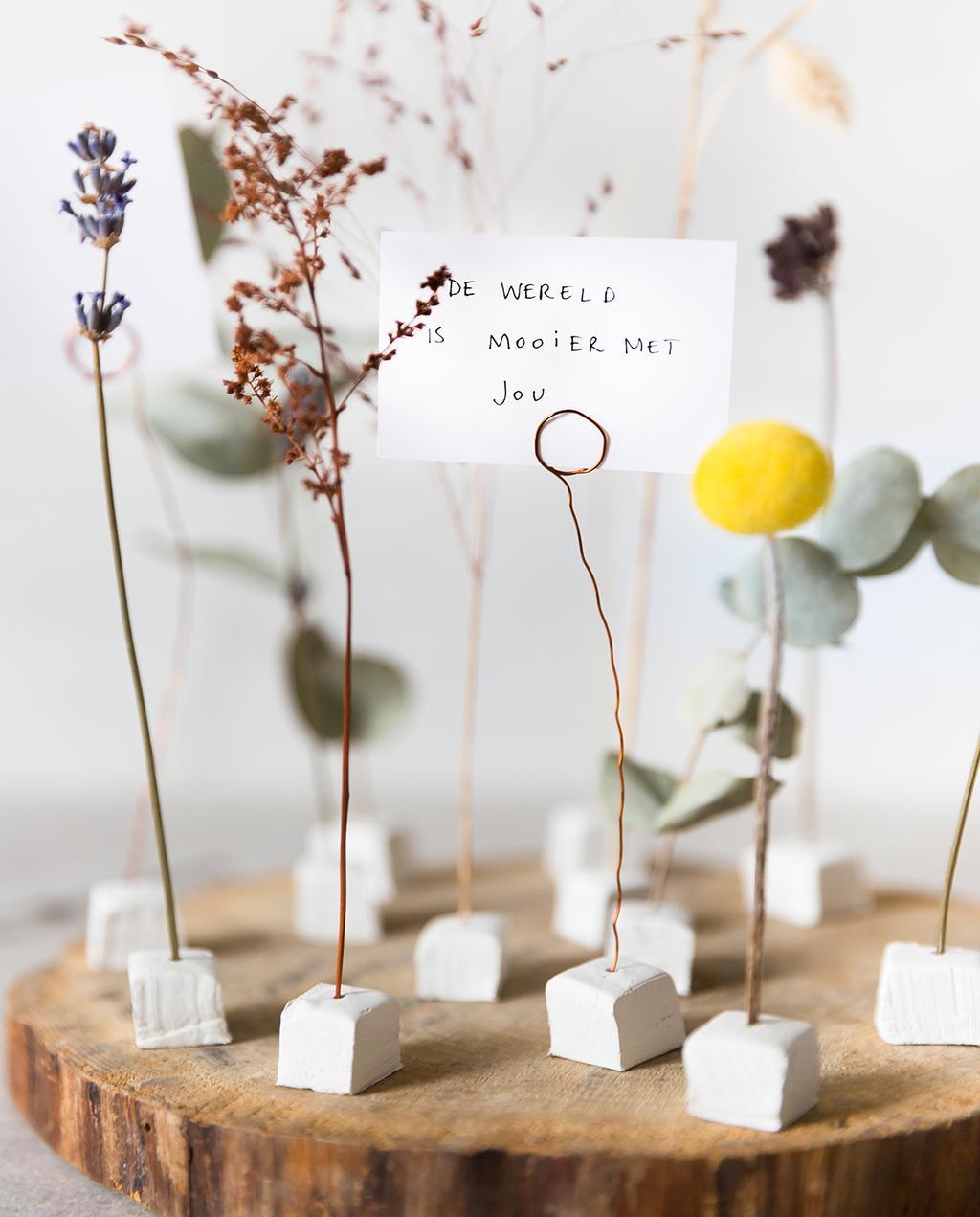 vtwonen 02-2021 | droogbloemen kaartje met tekst: 'de wereld is mooier met jou'