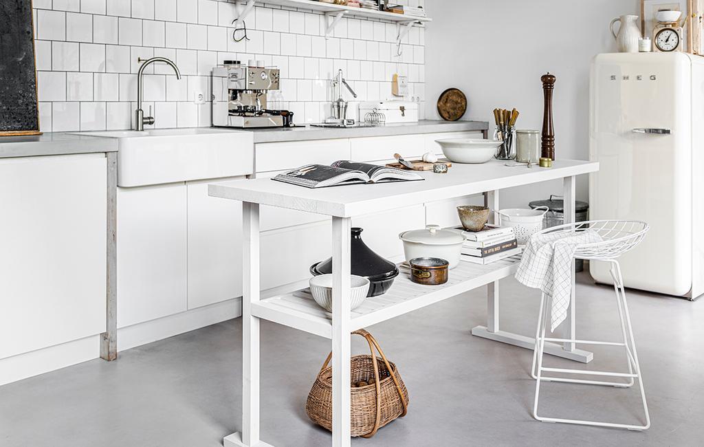 vtwonen 04-2020 | keukentafel met witte barkruk