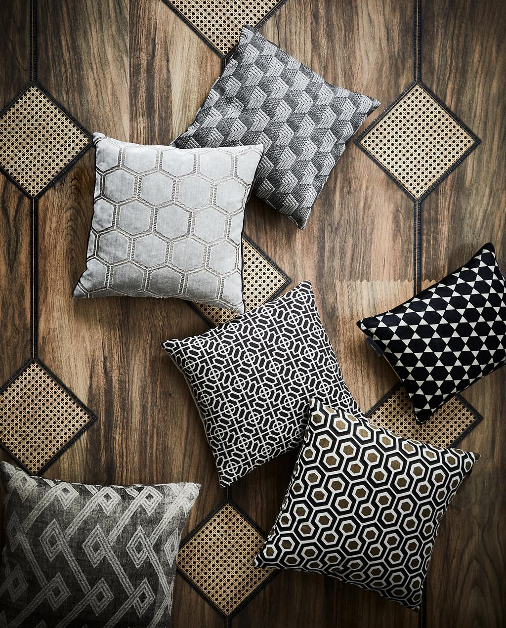 vtwonen 03-2020 stof verf & behang | kussens met verschillende patronen en rotan krukjes