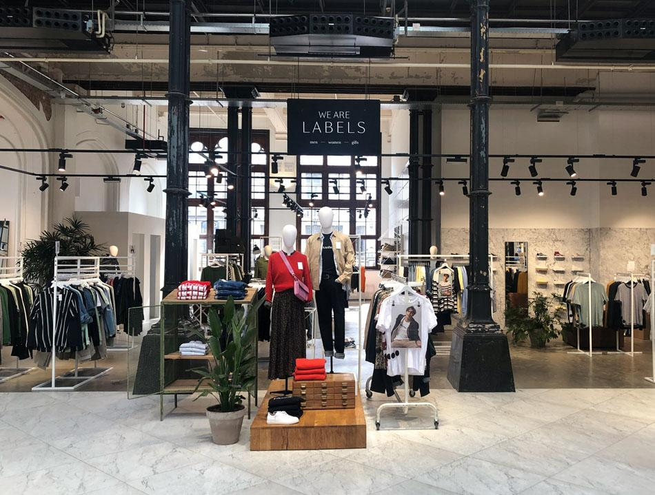 Het interieur van kledingwinkel We are Labels in Gent