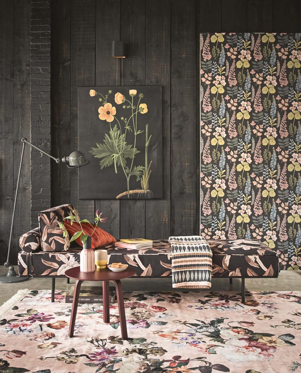 Chaise longue met bloemenbehang
