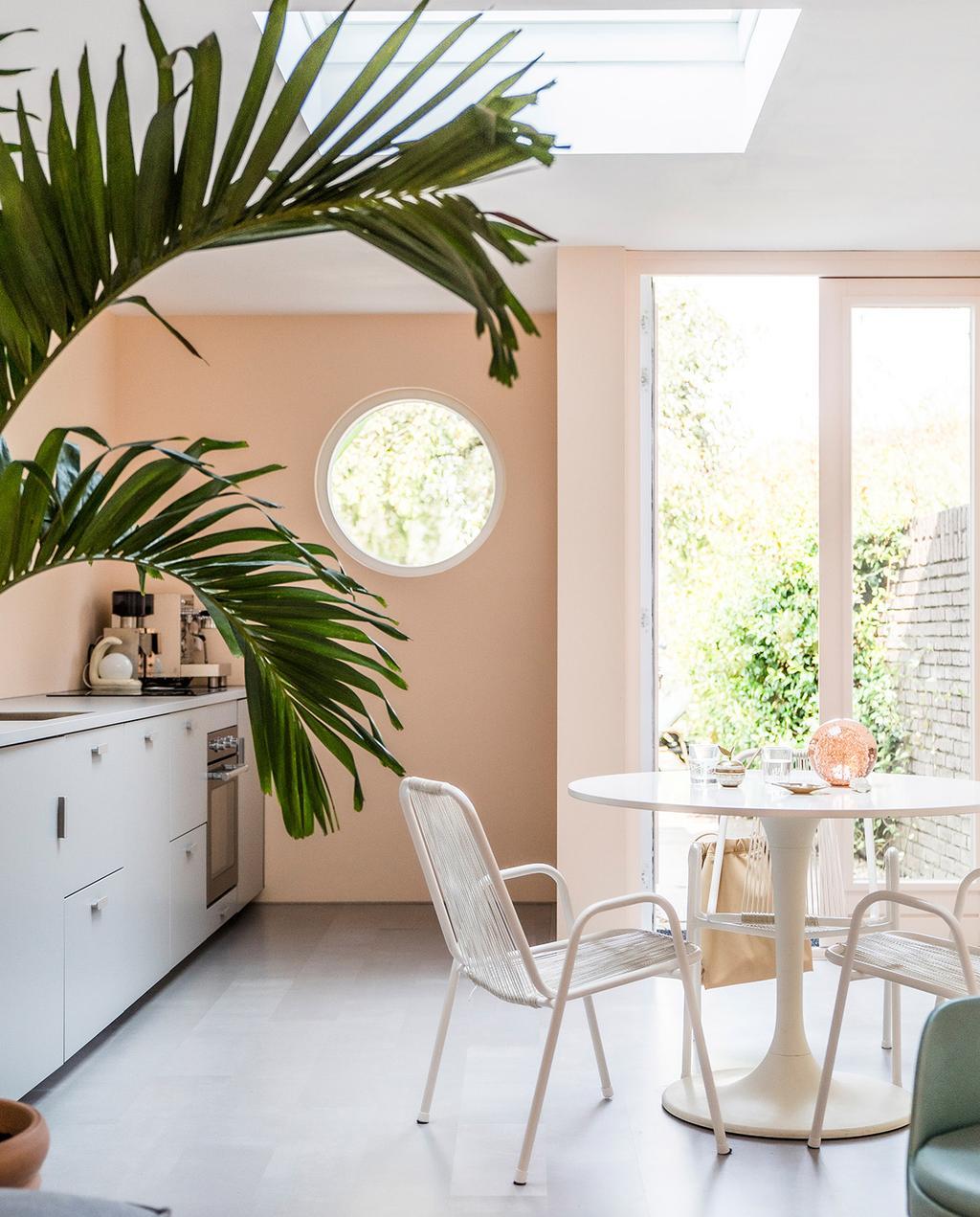 vtwonen special tiny houses 03-2021 | oranje muren in de woonkamer