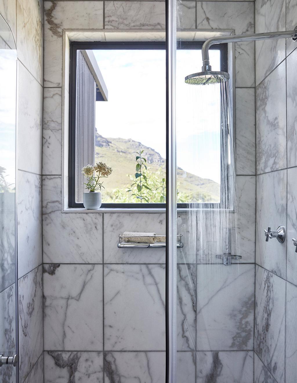 vtwonen special zomerhuizen 07-2021   marmer in de douche
