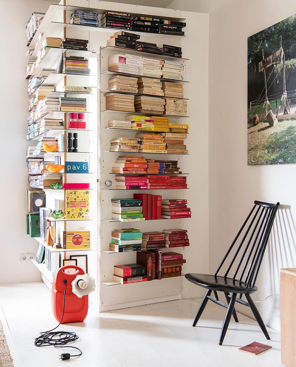 vtwonen 2020 DIY special 02 | zithoek met kleurrijke boekenkast I binnenkijken klushuis