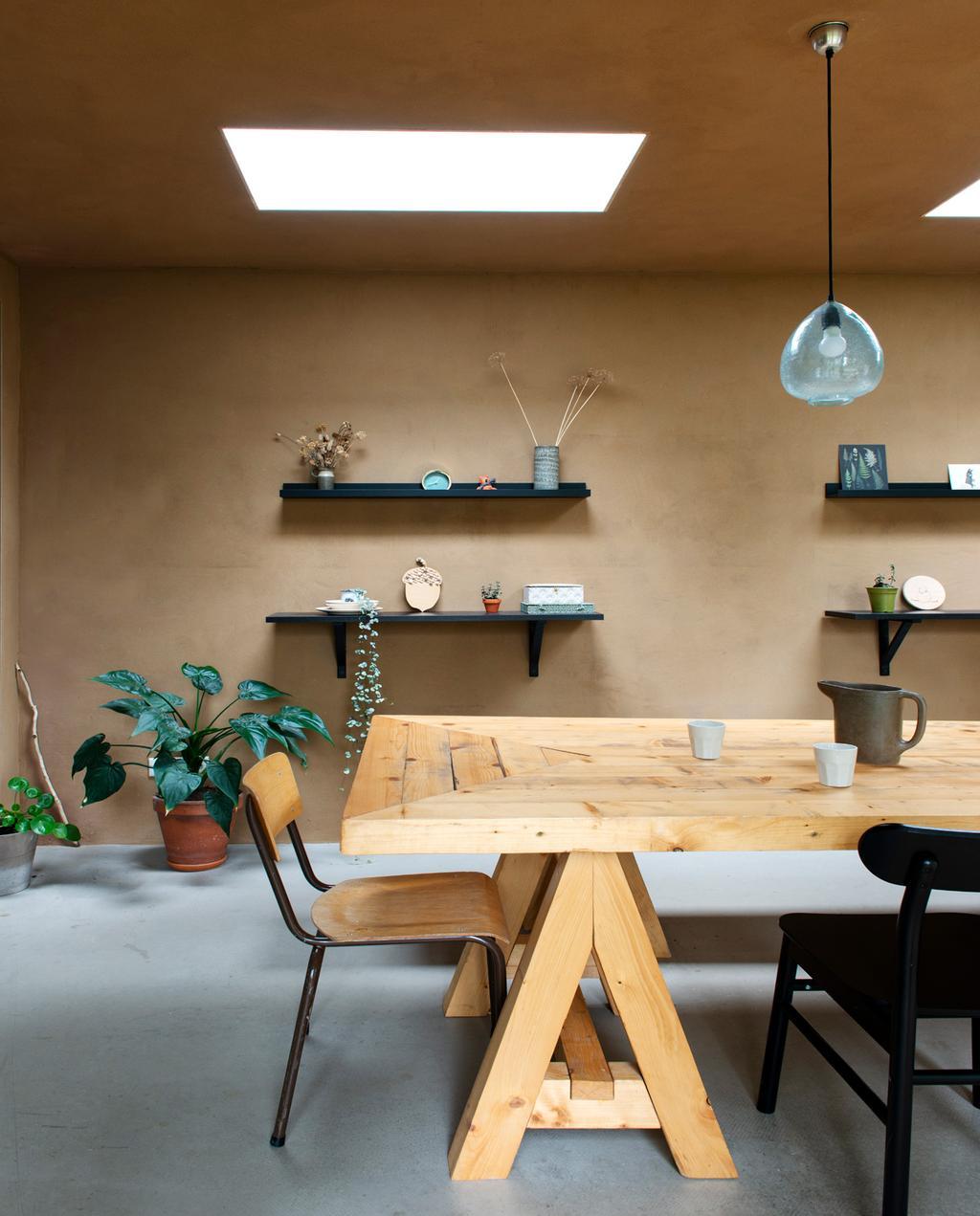 vtwonen 01-2021 | houten eettafel met wandplankjes op de achtergrond
