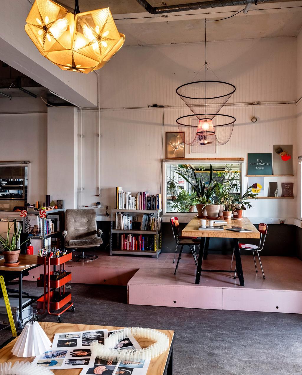 vtwonen 06-2021 | atelier in Eindhoven van Susanne met modieuze lampen
