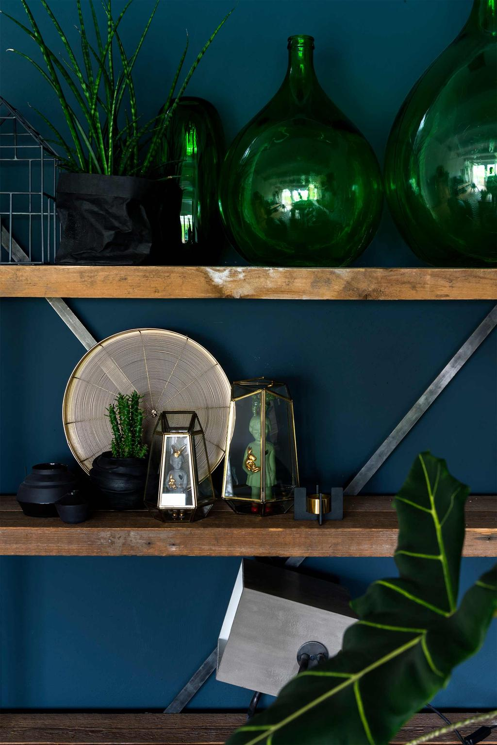 stellingkast hout groene vazen