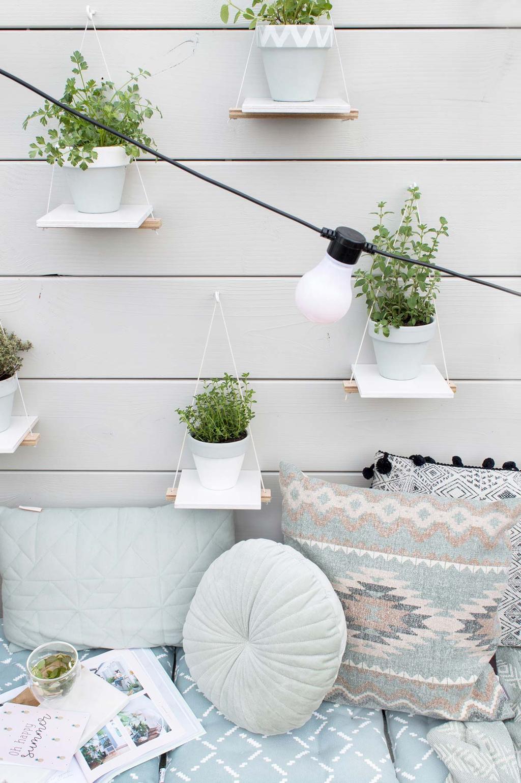 Verticale kruidentuin boven een loungebank