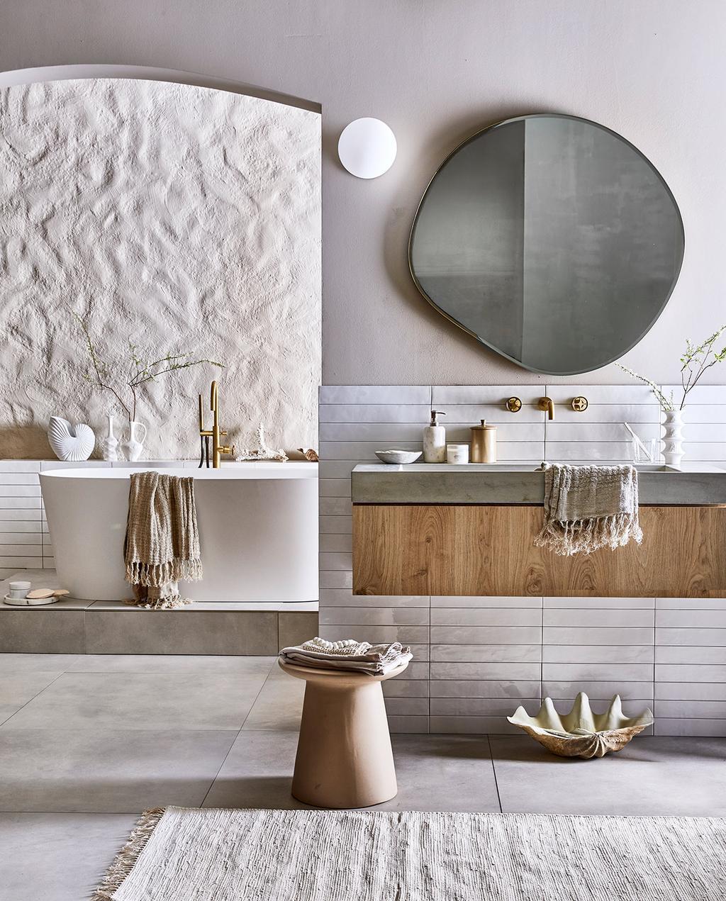 vtwonen 08-2021 | ronde spiegel met houten wastafelmeubel in de badkamer