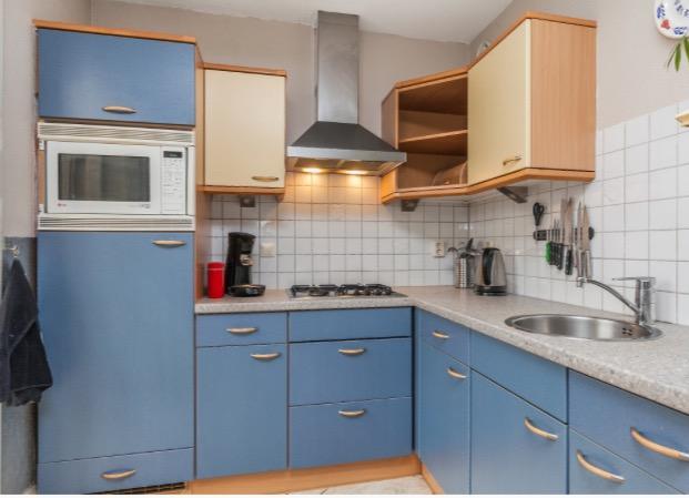 onze-oude-keuken-geel-met-blauw-niet-echt-gezellig
