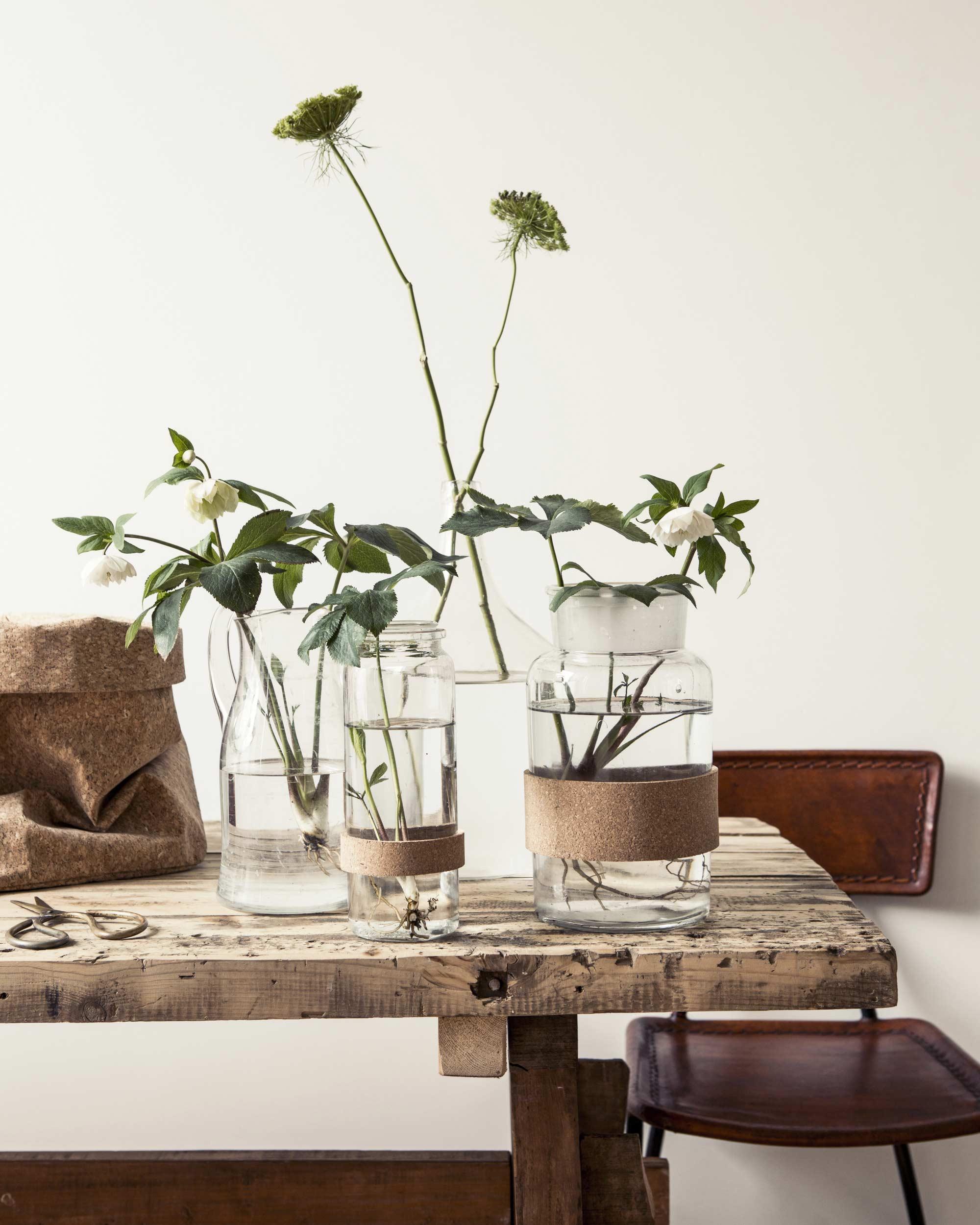 Tafeldecoratie DIY, maak zelf deze vazen met kurken accent