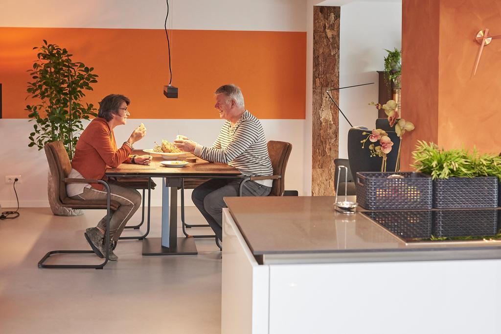 en-de-verbinding-naar-de-woonkamer-is-gebleven-nu-kunnen-we-met-vrienden-samen-koken-werkruimte-genoeg