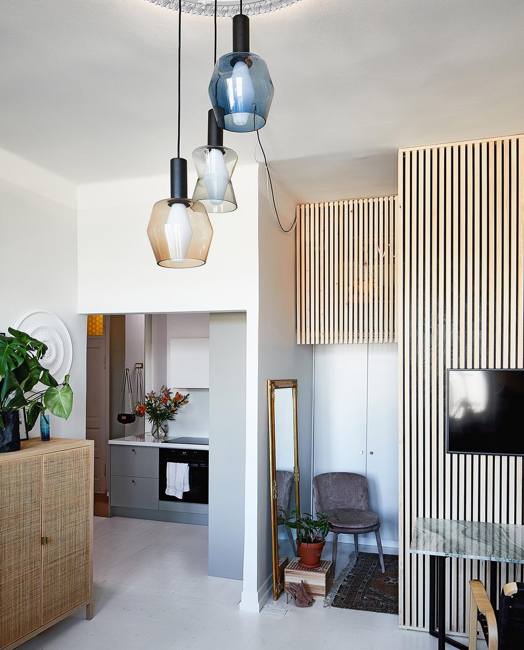 vtwonen special tiny houses | woonkamer met witte muren en webbing kast
