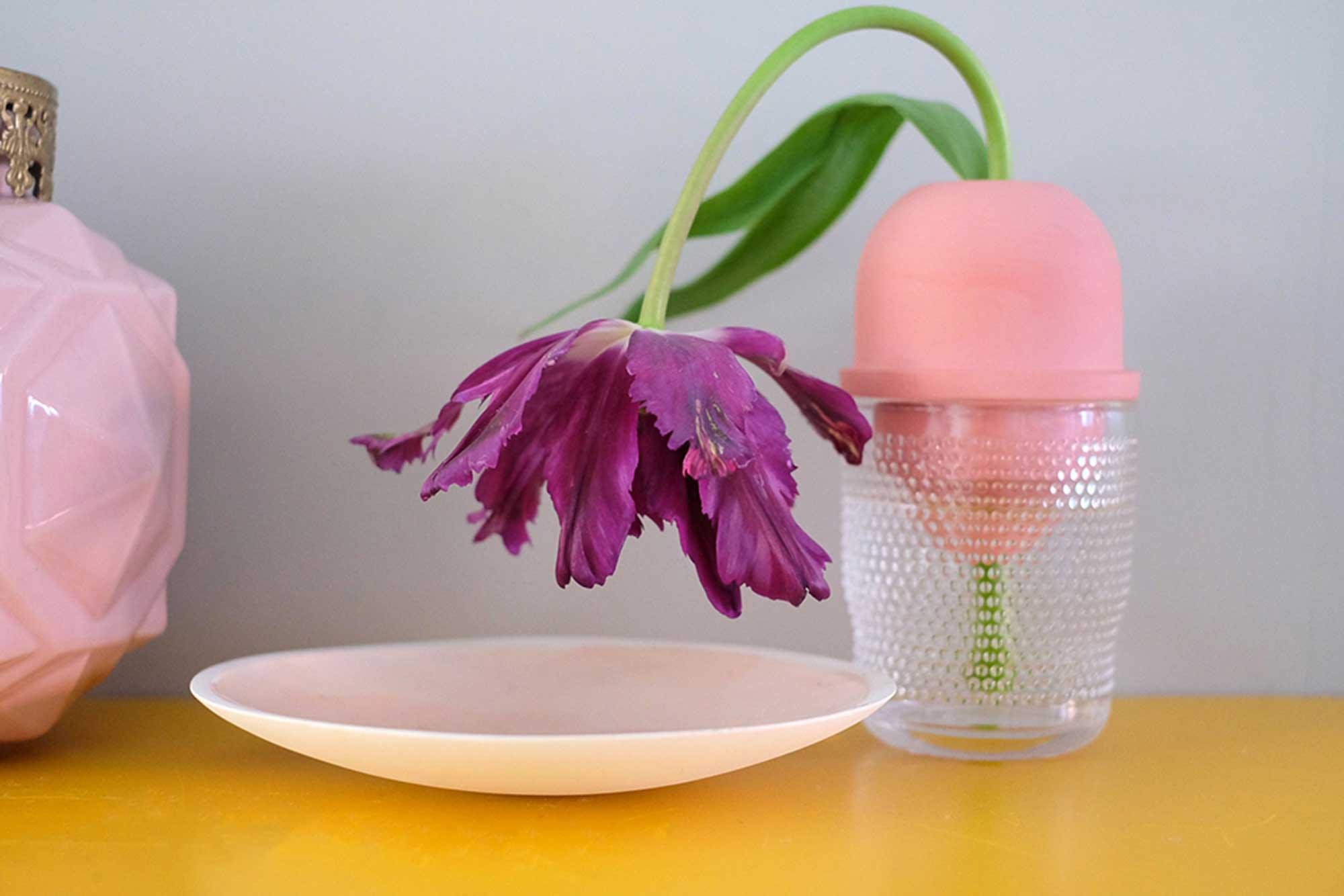 Roze vaas met bloem