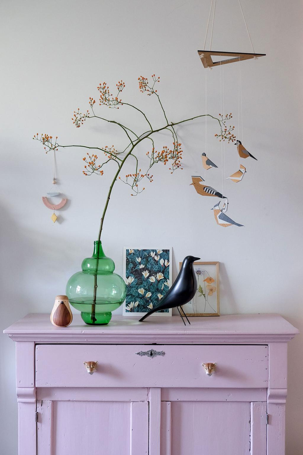 Mobiel van Projekt Dzioopla met vogels boven een roze kastje