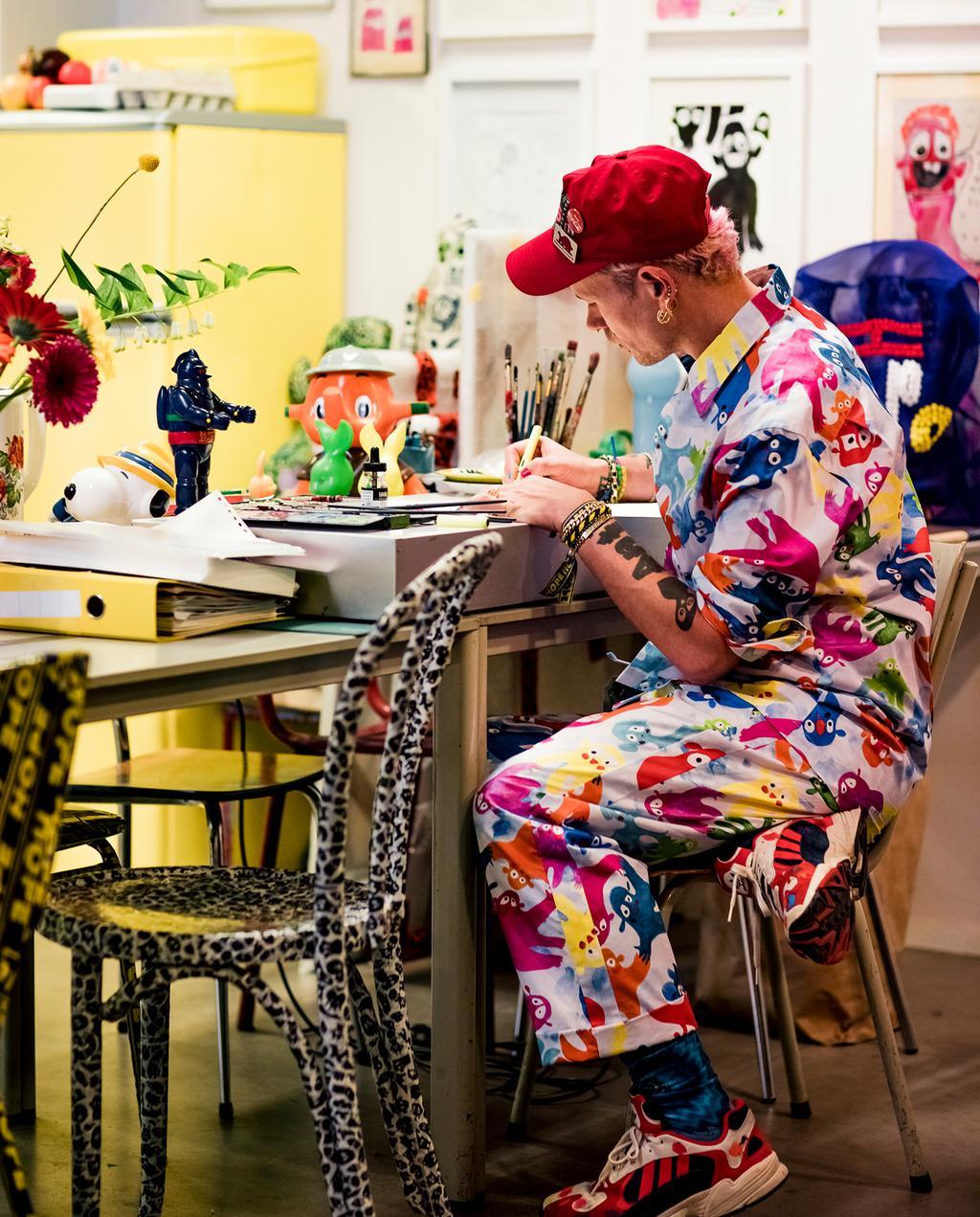 Bas Kosters aan het werk in kleurrijk atelier