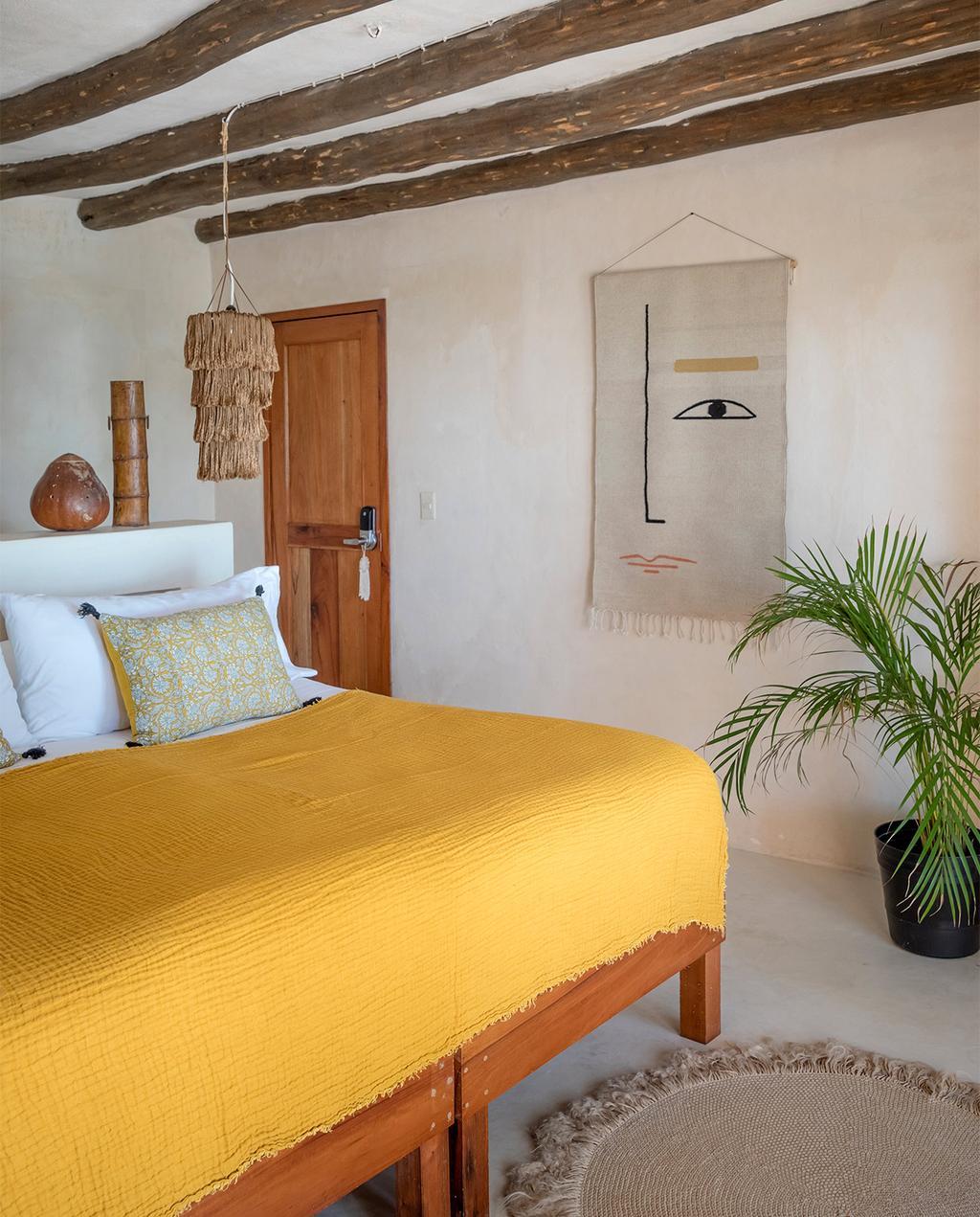 vtwonen casas especiais de verão 07-2021 |  capa de edredon amarela em uma cama no quarto