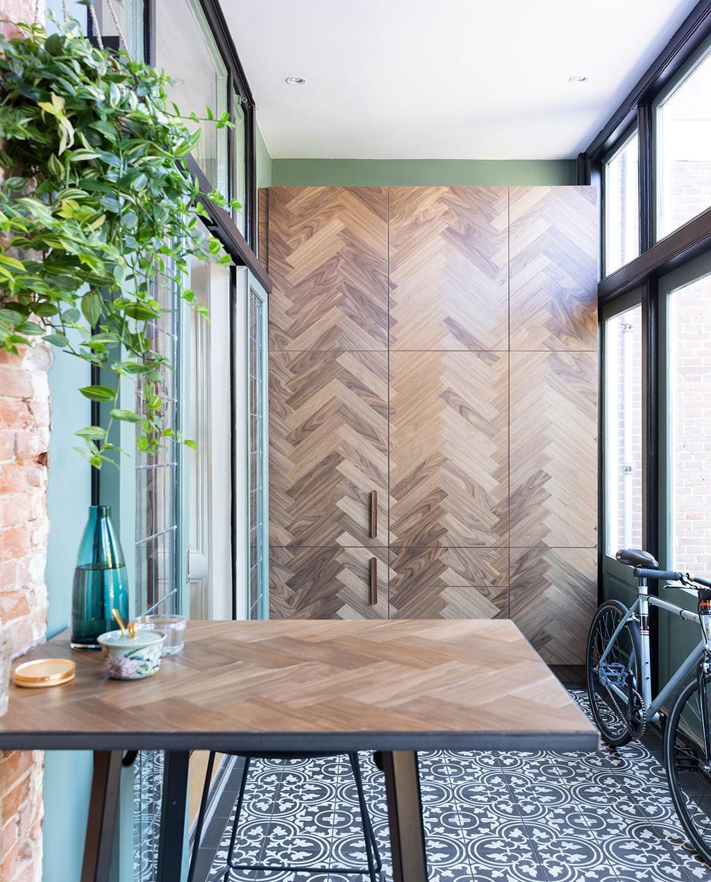 vtwonen 01-2021 | fiets tegen de muur, muur met visgraat patroon