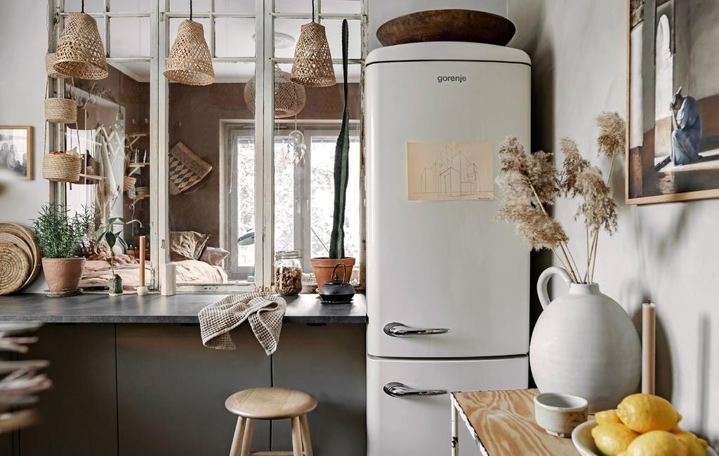 vtwonen 05-2021 | zwarte keuken met witte koelkast | musthaves voor bakken