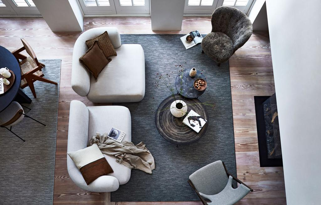 vtwonen 10-2021   woonkamer met witte twee-delige bank en een donkergrijs tapijt