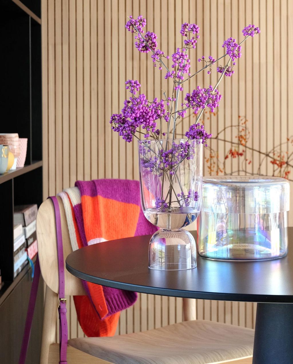 vtwonen | blog PRCHTG glazen vaas gevuld met bloemen op zwarte salon tafel
