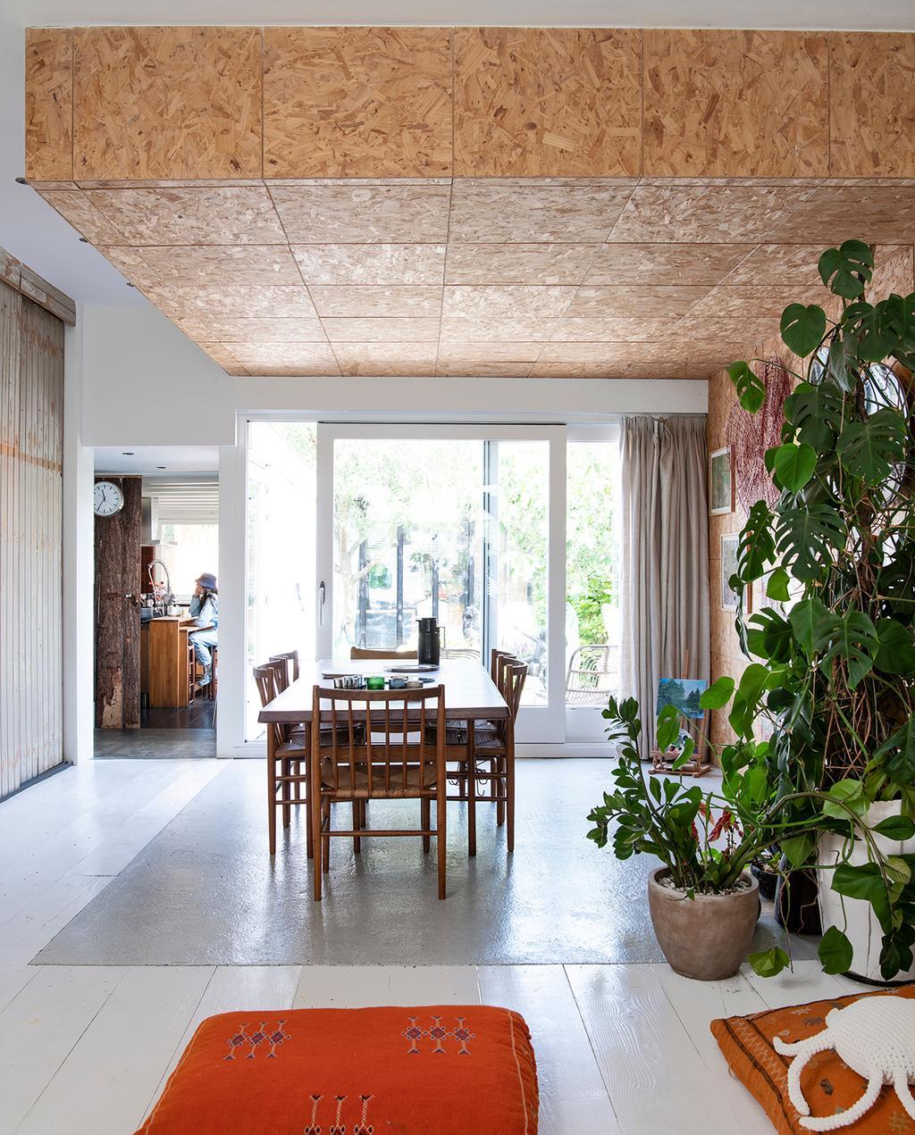 vtwonen 2020 DIY special 02 | eetkamer met hout plafond en planten I binnenkijken klushuis