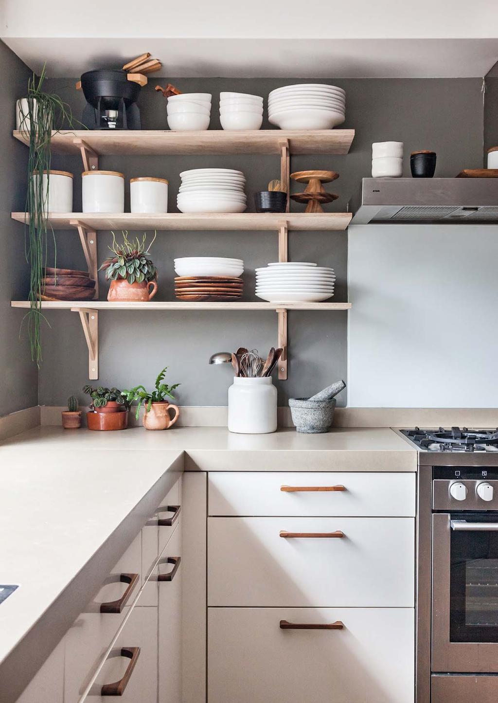 Scandinavische keuken met houten wandplanken